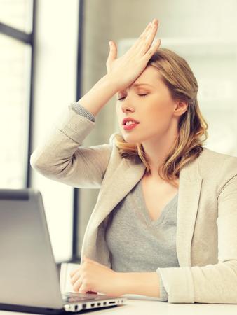decepción: foto de interior de la empresaria sosteniendo su cabeza con la mano