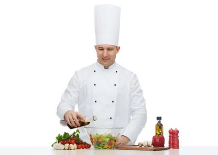 cocinero: profesi�n, vegetariana, comida y gente concepto - feliz ensalada de cocinar cocinero de sexo masculino