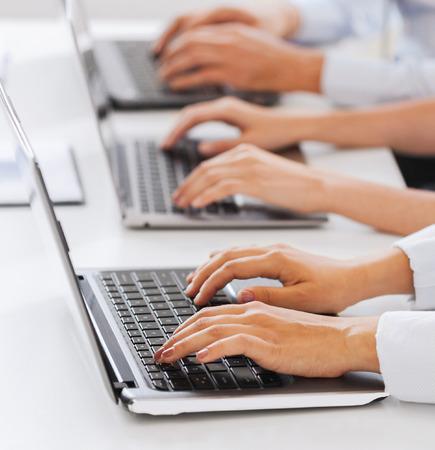 centro de computo: negocio y el concepto de telemarketing - grupo de personas que trabajan con ordenadores portátiles en la oficina