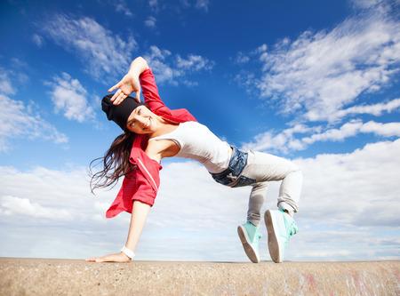 persone che ballano: lo sport, la danza e il concetto cultura urbana - bella ragazza che balla in movimento Archivio Fotografico