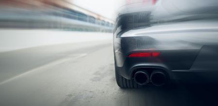 el transporte, la velocidad, las carreras y la carretera concepto - cerca de un coche que monta en la carretera de la parte posterior