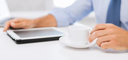 비즈니스, 사무실, 학교 및 교육 개념 - 사업가 태블릿 pc 마시는 커피 사무실에서