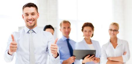 aantrekkelijke zakenman in bureau showign thumbs up