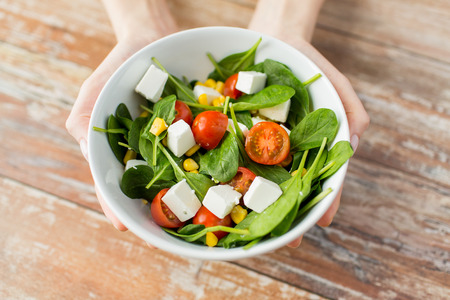 âhealthy: alimentación saludable dieta y el concepto de la gente cerca de la mujer joven manos mostrando ensaladera en casa