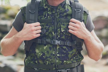 soldado: guerra senderismo equipos camuflaje del ejército y la gente concepto de cerca de joven soldado o guardabosques con la mochila en el bosque Foto de archivo