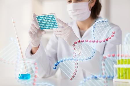 科学、化学、生物学、医学、人々 の概念 - 若い女性の作るテストのクローズ アップや臨床研究所、dna の分子構造の研究