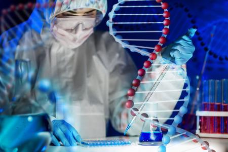 laboratorio clinico: la ciencia, la química, la biología, la medicina y la gente concepto - cerca de científico de mujer joven con la prueba o investigación de la pipeta y la toma de frasco en laboratorio clínico sobre la estructura de molécula de ADN Foto de archivo
