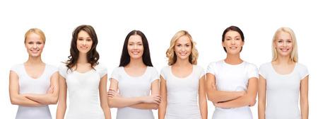 kleding ontwerp en de mensen eenheid concept - groep van tevreden lachende vrouwen in lege witte t-shirts Stockfoto