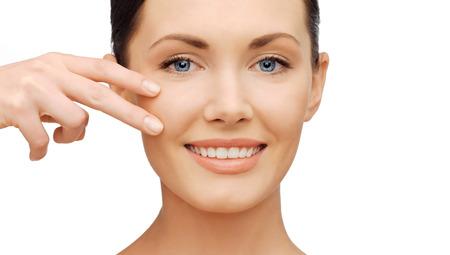 医療と美容のコンセプト - 美人彼女の頬の肌に触れる