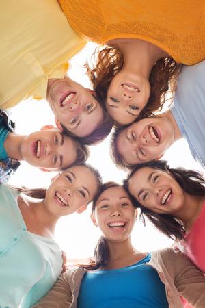 vriendschap, jeugd en mensen - groep van lachende tieners in cirkel