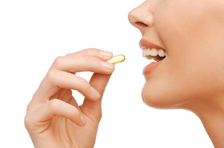 witaminy: Koncepcja zdrowia i urody - piękne kobiety z witaminy omega 3