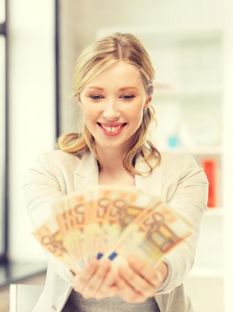 cash money: brillante imagen de mujer encantadora con dinero efectivo en euros