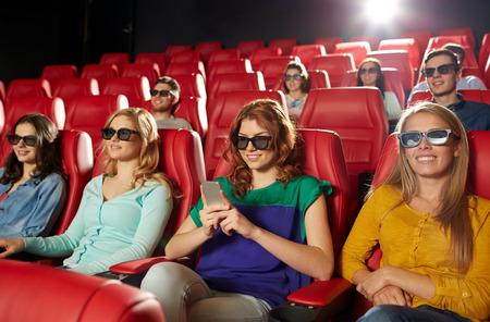 teatro: el cine, la tecnología, el entretenimiento y la gente concepto - mujer feliz con gafas 3d y lectura de mensajes de teléfonos inteligentes en cine