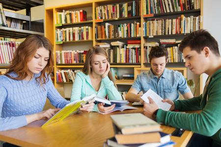 estudiantes de secundaria: las personas, el conocimiento, la educaci�n, la literatura y el concepto de la escuela - estudiantes la lectura de libros y prepar�ndose para los ex�menes en la biblioteca