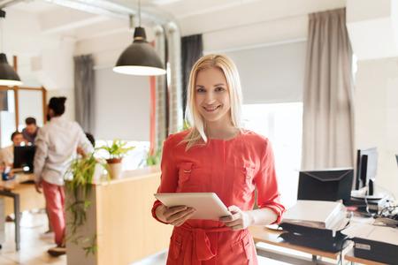 사업, 시작 및 사람들이 개념 - 태블릿 PC 컴퓨터와 행복 사업가 또는 창조적 인 여성 회사원