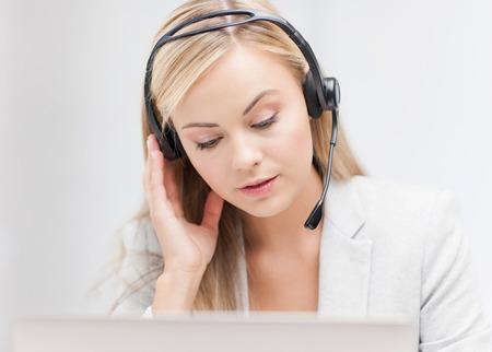servicio al cliente: Servicio de ayuda con auriculares y un ordenador portátil Foto de archivo