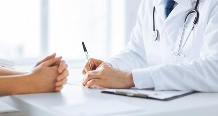 Close up de paciente y médico tomando notas Foto de archivo - 41728339