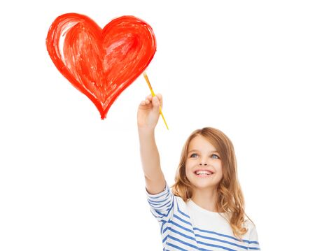 교육, 학교 및 가상 화면 개념 - 브러시와 함께 마음을 그리기 귀여운 소녀 스톡 콘텐츠