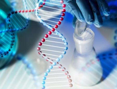 wetenschap, chemie, biologie, geneeskunde en mensen concept - close-up van wetenschapper hand gieten chemisch poeder in kolf making test of een onderzoek in klinisch laboratorium via DNA-molecuul structuur