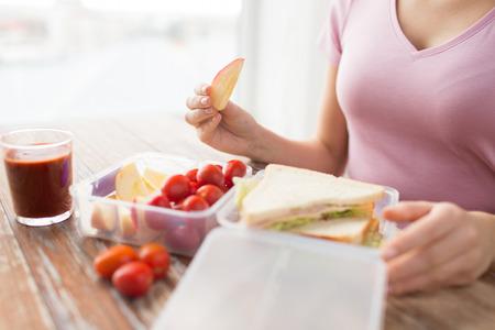 건강한 식생활, 저장, 다이어트와 사람들이 개념 - 가까운 집 부엌에서 플라스틱 용기에 음식 여자의 업