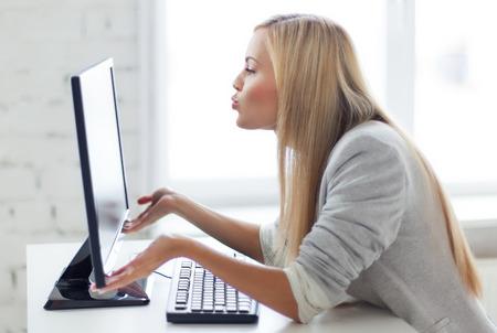 sorpresa: Foto de mujer feliz monitor de la computadora besos Foto de archivo