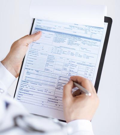 男性医師の処方せんを手で押しのクローズ アップ 写真素材