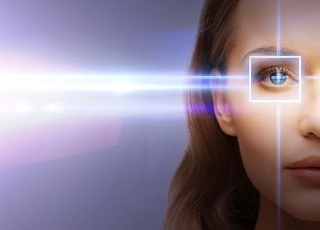ojos azules: la salud, la visi�n, la vista - ojo de la mujer con el marco de la correcci�n con l�ser Foto de archivo