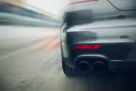 transportation: trasporto, velocità, corsa su strada e il concetto - close up di auto guida su autostrada dalla parte posteriore