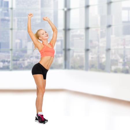 zumba: deporte, fitness y la gente concepto - feliz hermosa mujer baile deportivo sobre fondo gym