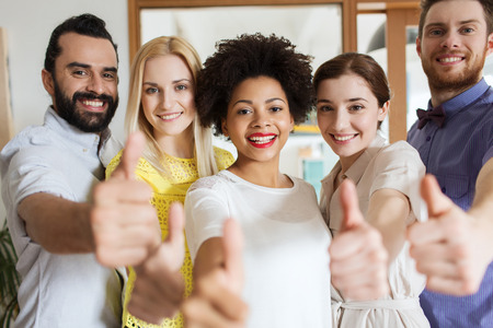 비즈니스, 시작, 사람과 팀워크 개념 - 사무실에서 엄지 손가락을 보여주는 행복 창조적 인 팀