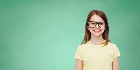 niño escuela: la educación, la escuela y el concepto de la visión - niña linda sonriente en lentes negros