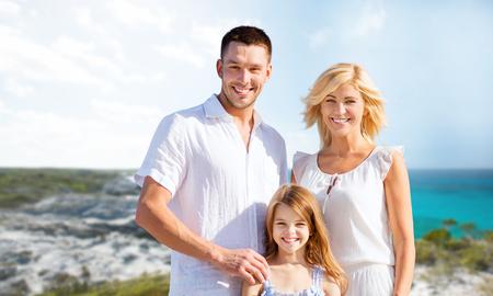 viaje familia: días de fiesta, los viajes, el turismo y la gente concepto - familia feliz en la playa del verano del fondo