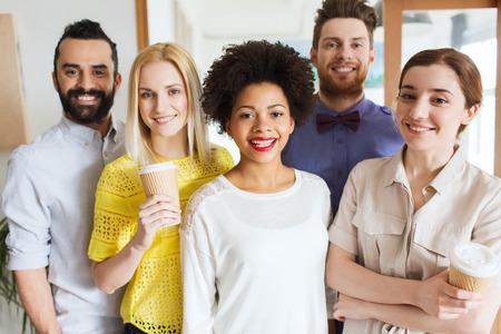 bedrijf, opstarten, mensen en teamwork concept - gelukkig creatieve team in kantoor