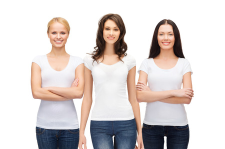 mujeres felices: dise�o de la ropa y la gente la unidad concepto - grupo de mujeres sonrientes felices en camisetas blancas y pantalones vaqueros en blanco
