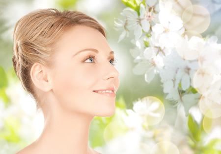 arbol de cerezo: belleza, gente, verano, primavera y el concepto de salud - hermoso rostro joven sobre verde florece el fondo del jardín