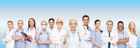 salud y la medicina concepto - sonriendo médicos y enfermeras con el estetoscopio