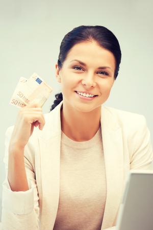 cash money: imagen de mujer encantadora con dinero en efectivo euro