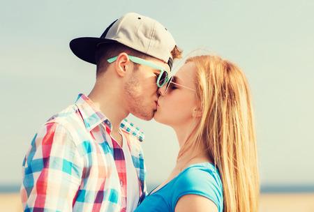 baiser amoureux: vacances, vacances et l'amour notion - couple d'adolescents se embrassant en plein air Banque d'images
