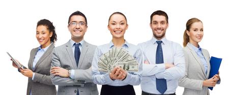 het bedrijfsleven, succes en financiën concept - groep van lachende mensen met dollar contant geld zaken