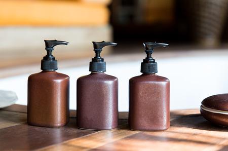 higiene: belleza, cuidado del cuerpo, el lujo y la higiene concepto - cerca de jabón líquido o loción corporal fijado en baño de hotel Foto de archivo