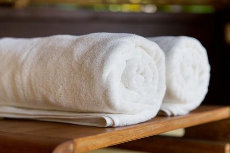 luxe en hygiëne concept - opgerolde handdoeken in spa