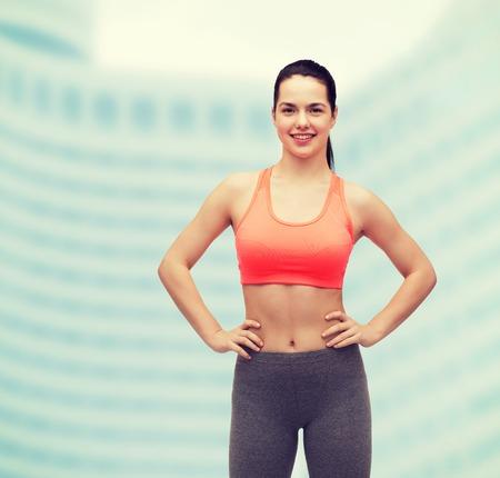 ropa deportiva: gimnasio y dieta concepto - sonrisa adolescente en ropa deportiva