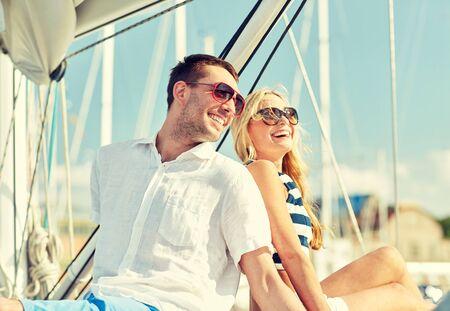 voilier ancien: vacances, Voyage, mer, l'amitié et le concept des gens - en souriant assis couple et parler sur le pont de yacht