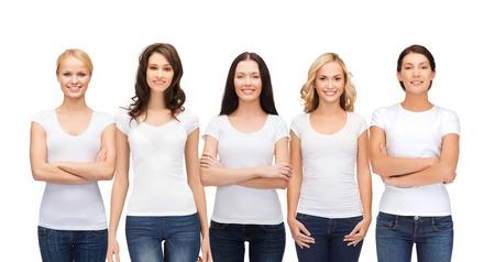 kleding ontwerp en de mensen eenheid concept - groep van gelukkige glimlachende vrouwen in de lege witte t-shirts en jeans