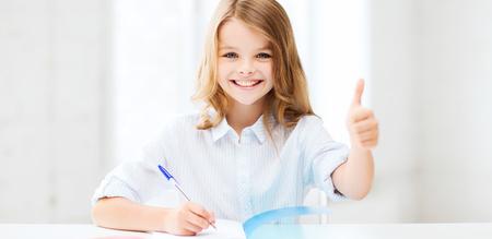 onderwijs: onderwijs en school concept - glimlachende student meisje studeren op school