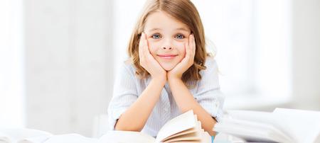 ほとんどの学生の女の子の勉強や読書書籍学校教育と学校のコンセプト-
