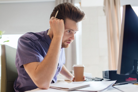 gente pensando: negocio, puesta en marcha y la gente concepto - empresario o creativo masculino trabajador de oficina consumo de café y el pensamiento