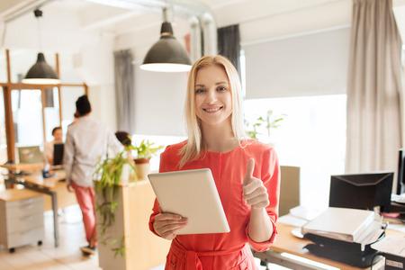 사업, 시작 및 사람들이 개념 - 태블릿 pc 컴퓨터가 엄지 손가락을 보여주는 행복 사업가 또는 창조적 인 여성 회사원