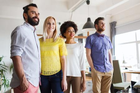 bedrijfsleven, opstarten en office concept - gelukkig business team in het kantoor Stockfoto
