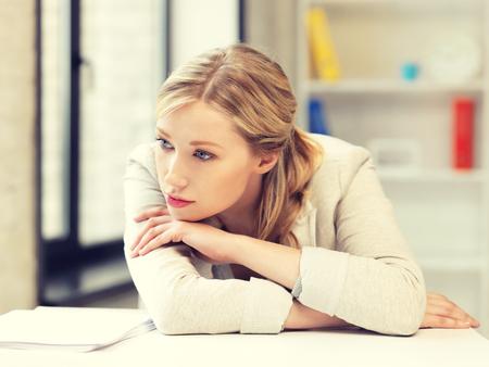 mujer triste: imagen brillante de mujer infeliz en el cargo Foto de archivo